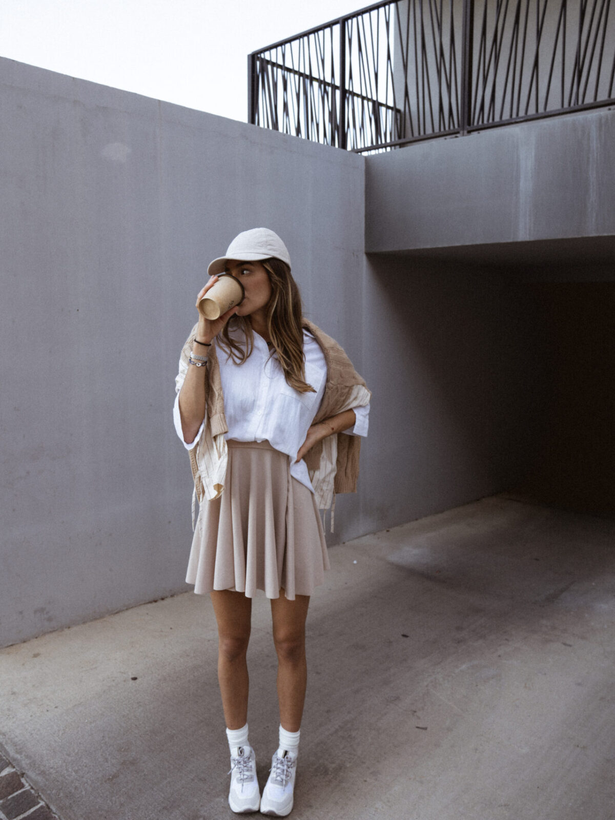 jupe-patineuse-beige-pull-beige-chemise-femme-gisette-store (41)