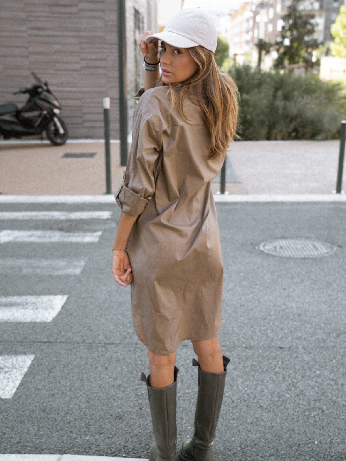robe-chemise-beige-botte-de-pluie-casquette-femme-gisette-store (3)