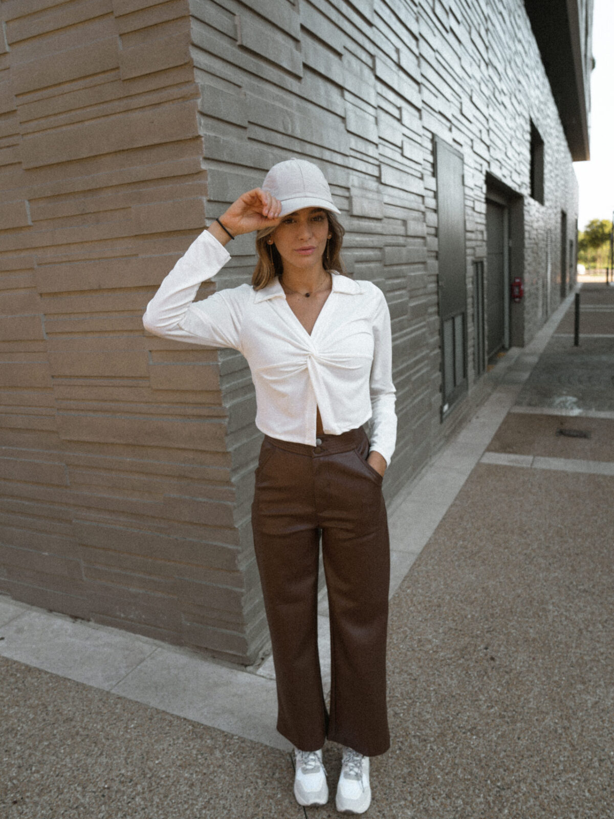 top-chemise-blanc-casquette-pantalon-simili-marron-femme-gisette-store (12)