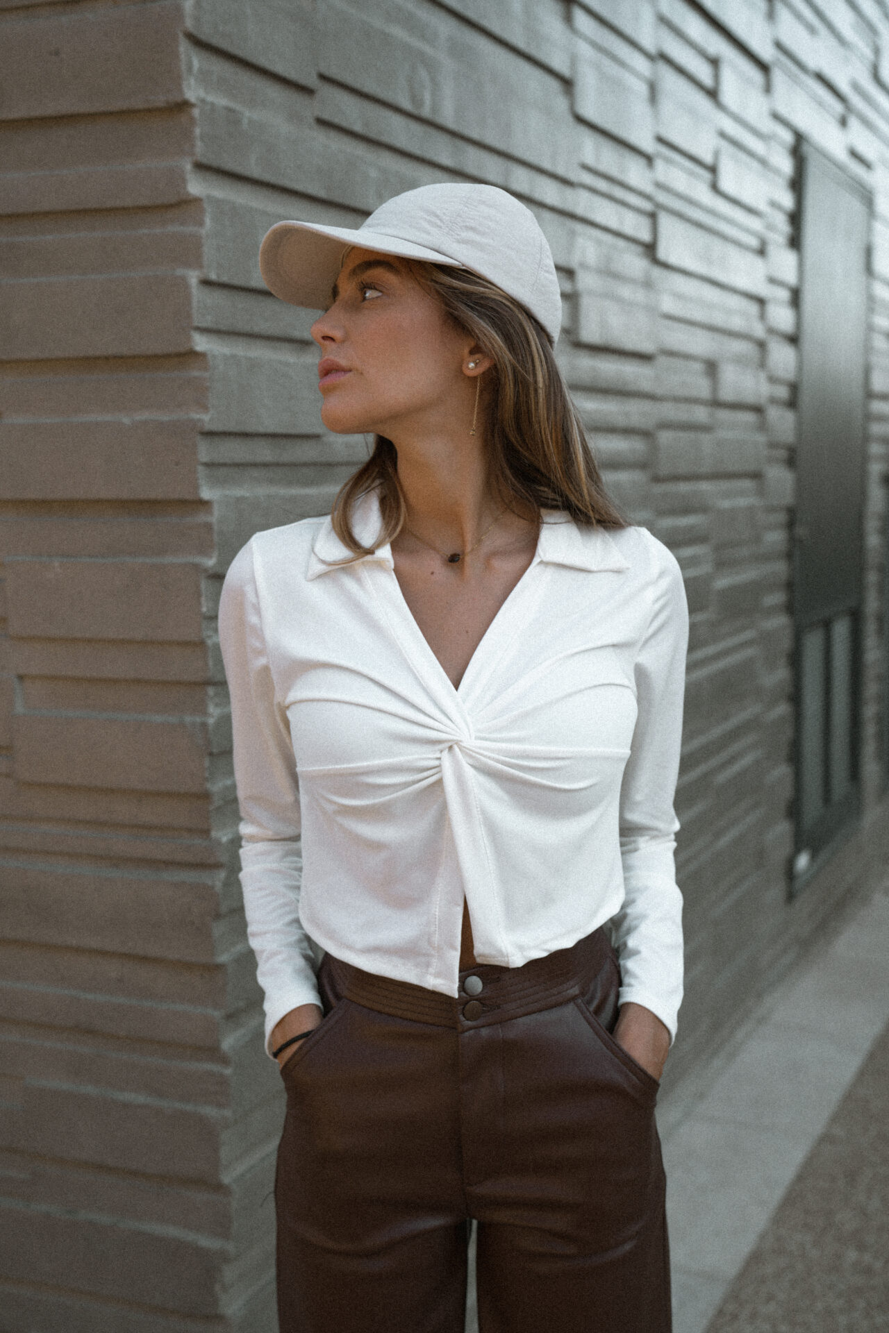 top-chemise-blanc-casquette-pantalon-simili-marron-femme-gisette-store (16)