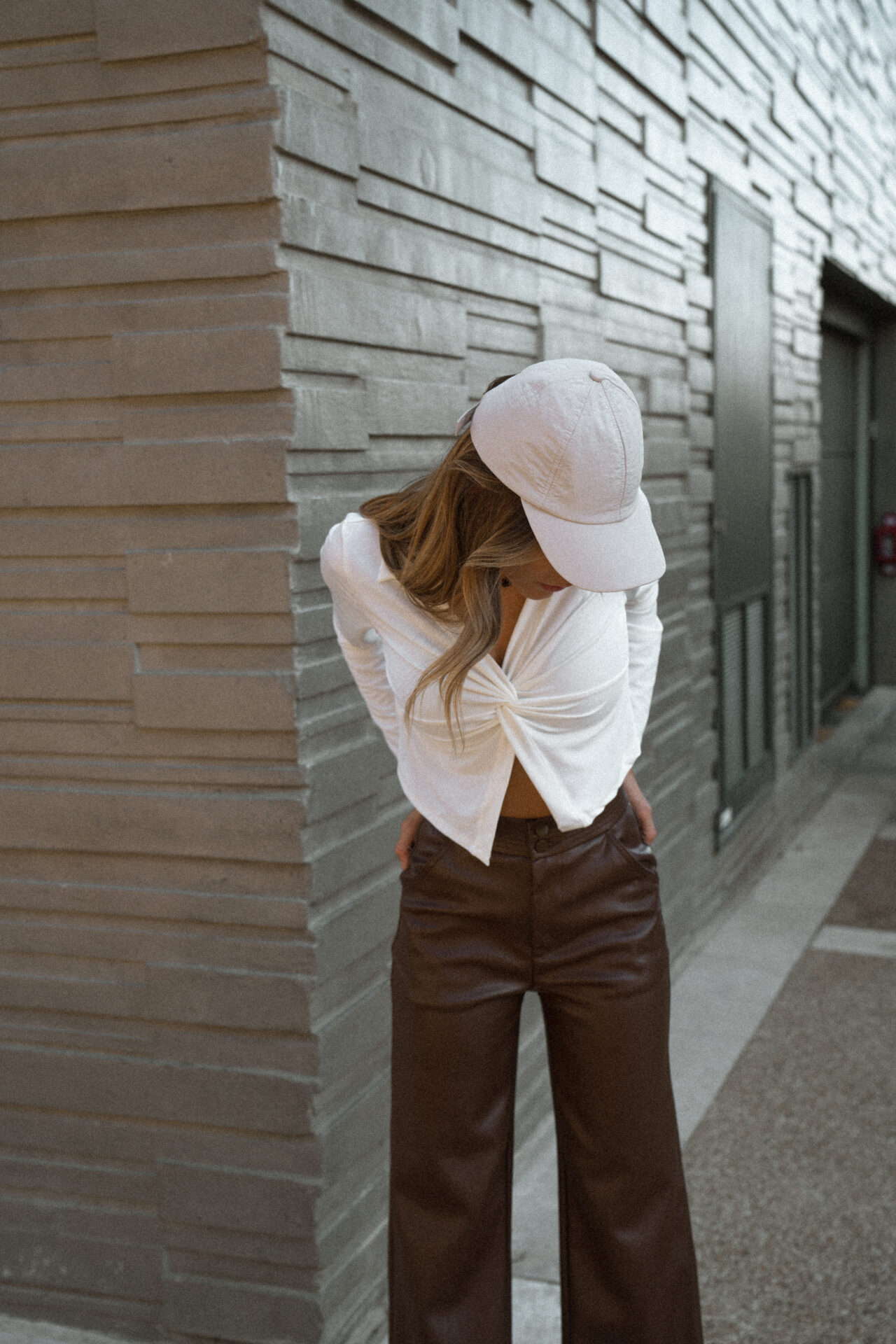 top-chemise-blanc-casquette-pantalon-simili-marron-femme-gisette-store (19)