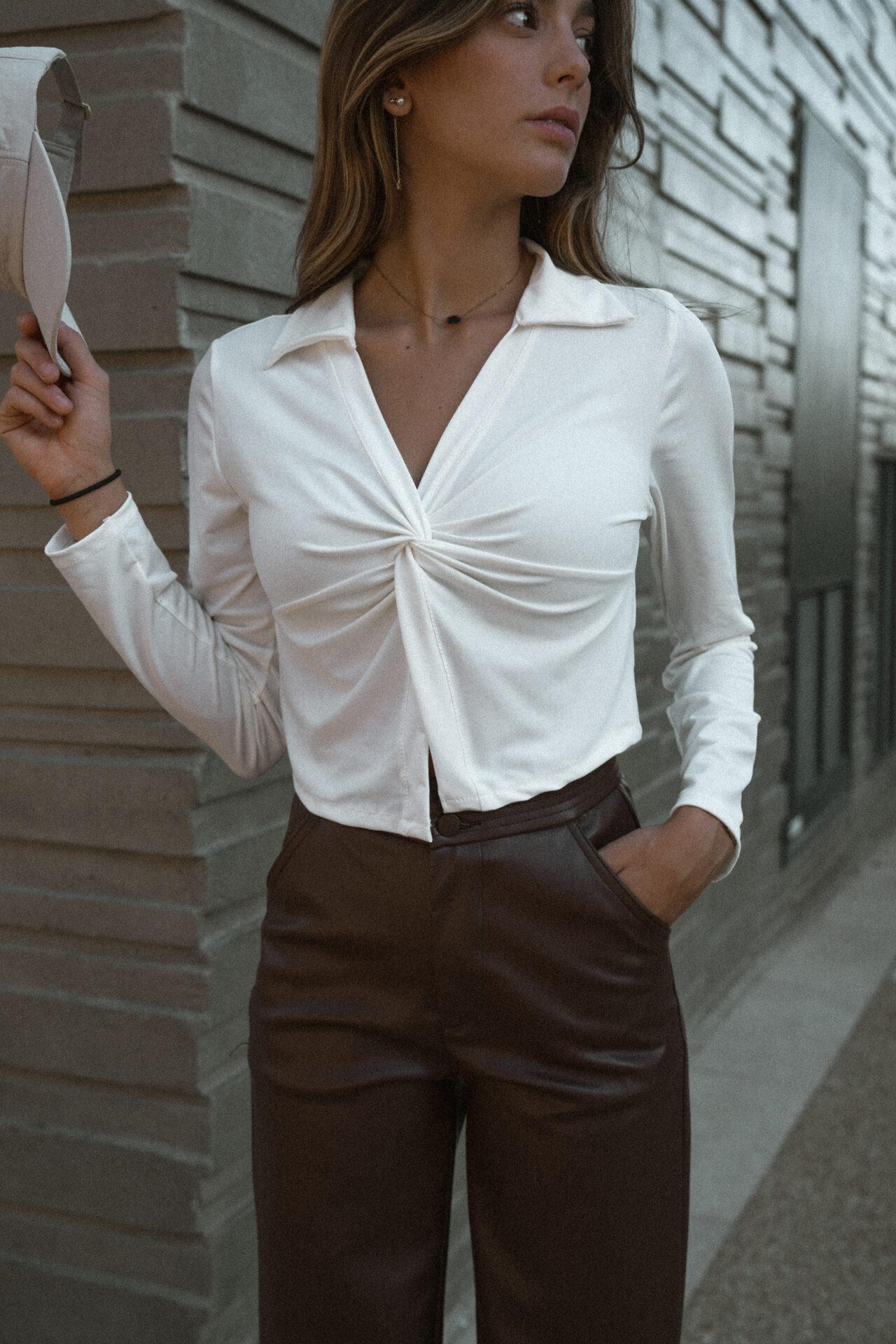 top-chemise-blanc-casquette-pantalon-simili-marron-femme-gisette-store (4)